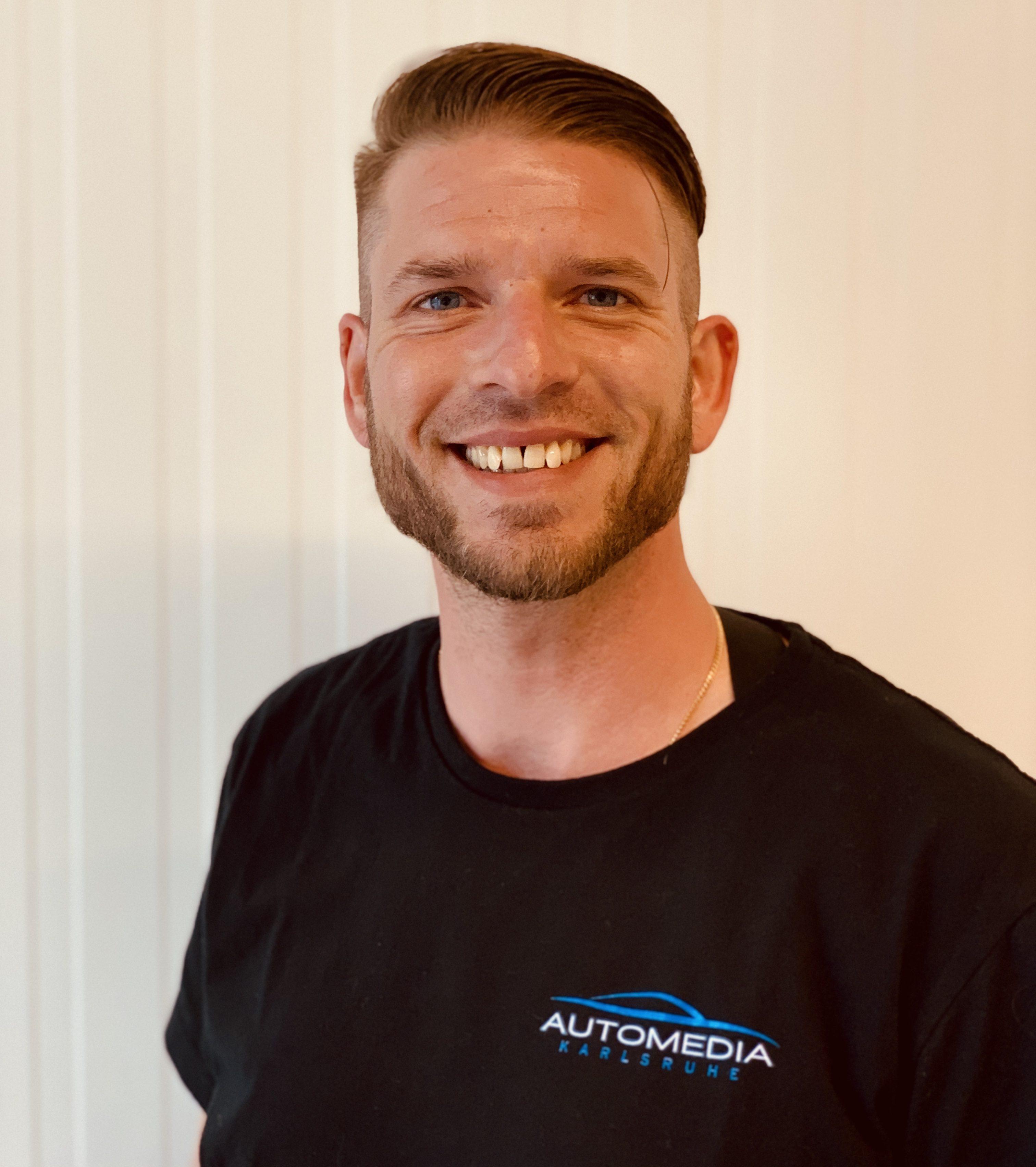 Hier sehen Sie einen der Inhaber von Automedia Karlsruhe Christian Langen
